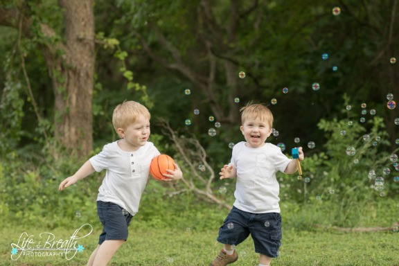 pflugerville photographer, boys, bubbles, brothers